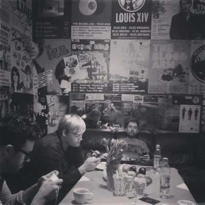 HEUTE im ATOMIC CAFÉ in MÜNCHEN. Noch sind alle in ihre Mobilgeräte vertieft. Kommt vorbei damit sich das schnell ändert. 20h ist Einlass. Thefogjoggers Fromhearttotoe M ünchen Atomic café