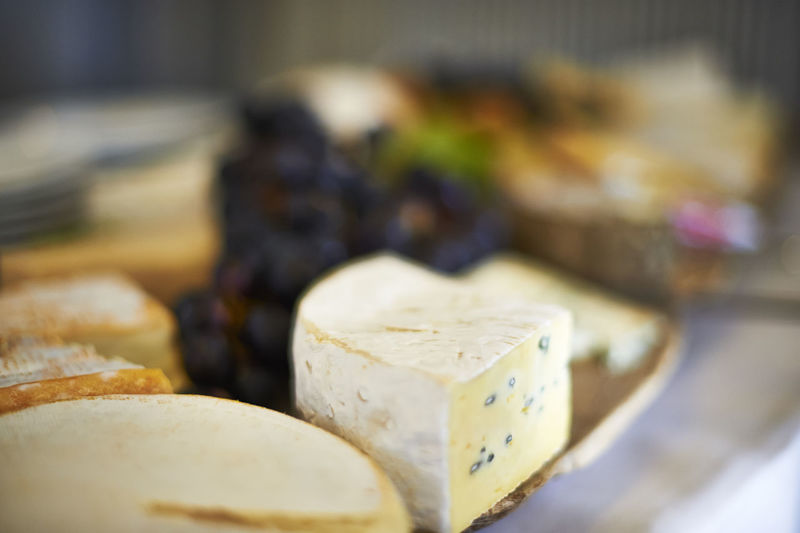 Käseteller mit Trauben in Close up Käse Trauben Close-up Indoors  Food And Drink Selective Focus Food Freshness Cheese No People Focus On Foreground Retail  Dairy Product Still Life Indulgence Choice Business Ready-to-eat Bread SLICE Large Group Of Objects Wood - Material Temptation