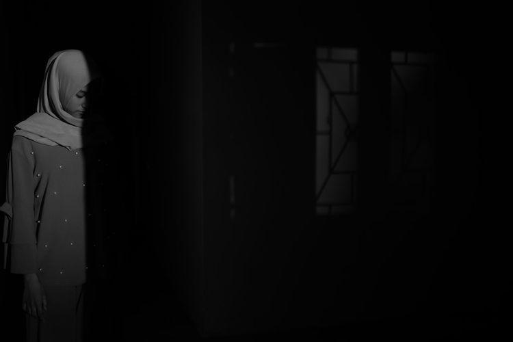 Shadow Sunlight And Shadow Sunlight Shadows & Lights Light Blackandwhite Black And White Girl Portrait Hijab Close-up Door The Street Photographer - 2018 EyeEm Awards