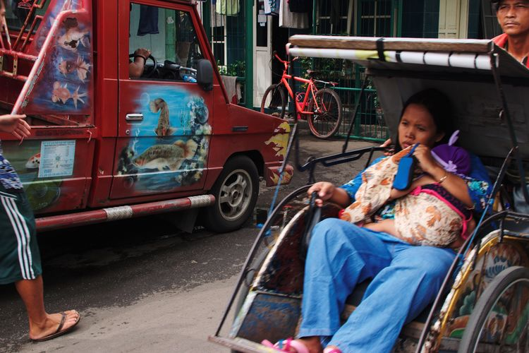 Streetphotography Documentaryphotography Adult People Street Sitting Transportation City Life Outdoors Women Sari Adults Only Real People Day City EyeEm Ready   The Street Photographer - 2018 EyeEm Awards