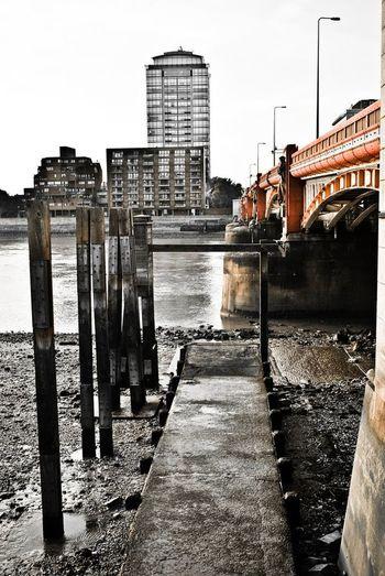 thames Photowalktheworld Thames LONDON❤ Water City Sky Architecture Building Exterior Built Structure Bridge - Man Made Structure Footbridge Low Tide Engineering Bridge Underneath Pier Dam