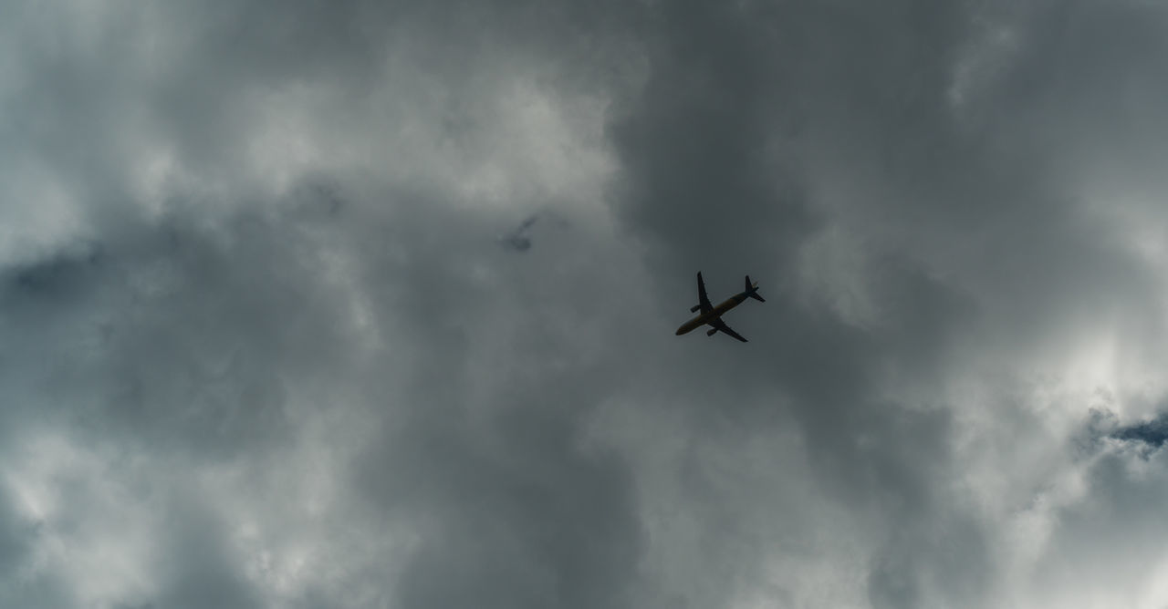 cloud - sky, low angle view, sky, flying, airplane, transportation, air vehicle, mode of transportation, mid-air, motion, no people, on the move, nature, overcast, day, travel, military, plane, outdoors, directly below