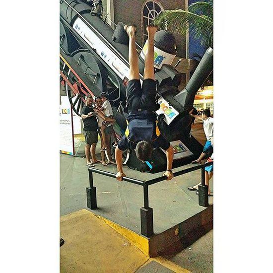 Handstand enfrente ao trenzinho 😀 Streetworkout Progressive_calisthenics Calistenia Calisteniabrasil Workout Mahamudra Mahamudrabrasil Barstarzz Barbrothers Barbrothersbrazil Handstand  Lifebehindbarzz Made with @nocrop_rc Rcnocrop