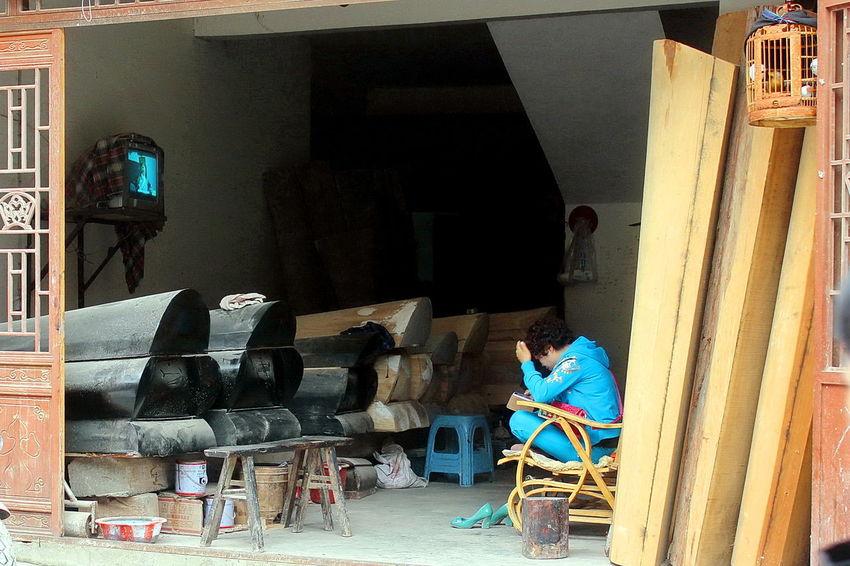 Coffin makers in Guizhou, KaiYang county. Chinese Coffin Chinese Culture Chinese Traditional Culture Coffin Makers Coffin Works Coffins  Traditional Culture Of China Wood - Material Wooden Wooden Coffin China China,Guizhou