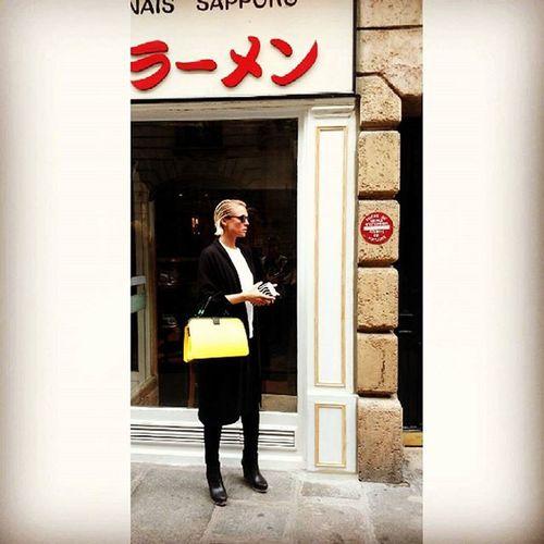 FINGERFOOD IN PARIS Altendorfer_studios SS16 @lisatraverso @veneziani_official thanks for the beautiful bags. Fashionweek Paris Streetstyle