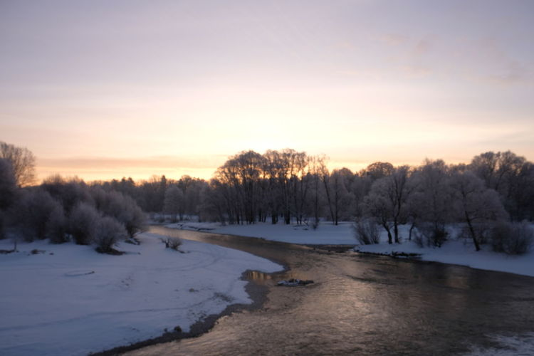 Isar im Winter am Flaucher Isar Flaucher Müchen Winter Frost Schnee Und Eis Saukalt Eiskalt Nature Sonnenaufgang Beauty In Nature Outdoors Scenics - Nature Sky