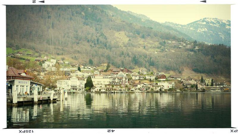 스위스 루체른 리기산으로 가는 도중 베기스 선착장 앞... 너무 아름다운 동네. Swiss Luzern Waterreflections  Travel Hello World