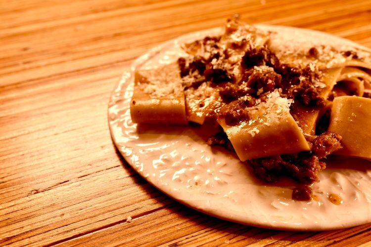 BLECS o BIECHI piatto di pasta tipico del Friuli フリウリのパスタ料理からblecsまたはbiechi ゴリツィアとトリエステのあたりではbiechiと呼ばれる事が多いです ゴリツィアとポルデノーネのあたりではblecsと呼ばれる事が多いです ゴリツィアは【鳥】を使ったソースが多く見られます 小麦粉とそば粉と卵を使った生地で造ったパスタです 時に、カカオを混ぜたタイプを目にする事もありました 三角形か四角形もしくはバトン状に切るパスタです 少量のトウモロコシ粉(ポレンタ)を加えたりするタイプもあります シンプルにバターとセージのいわゆるセージバター アヒルのラグー カッポーネラグー 鶏肉と野菜 鹿のラグー グーラッシュのソース と合わせるソースは山っぽいイメージが先行します 現地のチーズでモンタージオというチーズと合わせたチーズソースも個人的に大好きです フリウリに行くたびに食べている思い入れ深いパスタ ちょっとずつ集めた現地の声をまとめました 写真は中でも印象に強く残ったポルデノーネで教わったカッポーネのタイプ https://www.peperosso.co.jp/ #blecs #biechi #piattodipastatipicodelFriuli #フリウリ #三軒茶屋 #イタリアン #レストラン #ペペロッソ #ランチタイム #ランチデート #贅沢ランチ #パスタランチ #昼飲み #昼からビール #昼からお酒 #昼からワイン #ディナー #ディナーデート #晩御飯 #ディナータイム #ディナーコース #イタリア #イタリアン #イタリアン🇮🇹 #イタリア好き #三軒茶屋イタリアン #イタリア郷土料理店 #パスタ #手打ちパスタ https://shop-italia.jp/author/28/ パスタ Food Food And Drink Plate Freshness Still Life Ready-to-eat Sweet Food Dessert Serving Size Close-up No People Indulgence Table Indoors  Temptation Sweet Wood - Material Unhealthy Eating High Angle View Baked