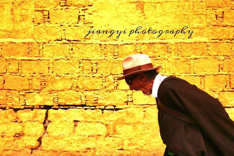 布达拉宫下朝圣的老人。2016年七月。 纪实摄影