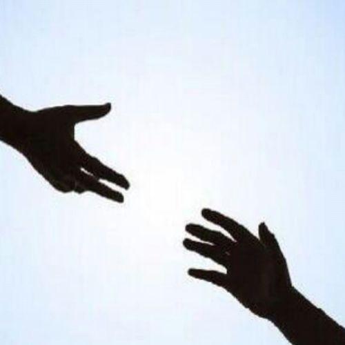 شعور_صعب أن تخصص يدك لإنتشال كل شخص يقع في الحزن وحينما تسقط أنت في جب الأحزان تمد يدك فلا تجد من ينتشلك منه !