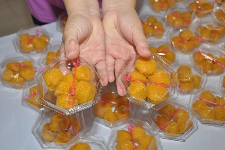Palm cake in hand(Thai dessert) Human Hand Food And Drink Food Women Close-up Yellow Dessert Sweet Delicious Kanom Tarn Sale Market Background