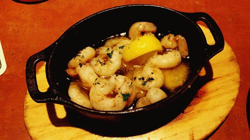 肴 Relaxing 酒 アヒージョ。はじめて食べました。オリーブオイルに浸かってるのにサッパリしてるのは、レモンのおかげかな。