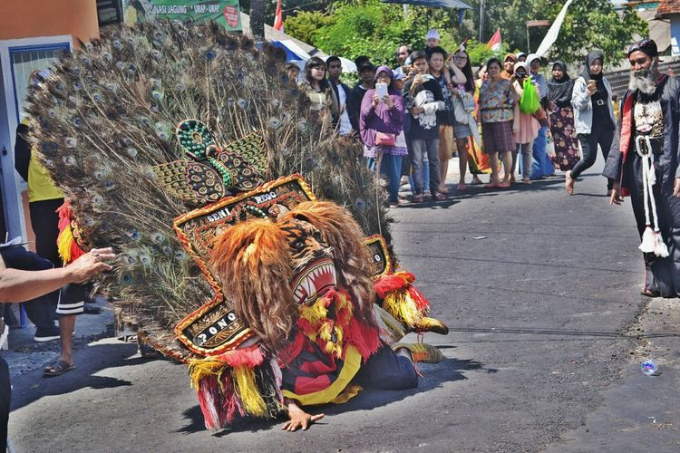 The reog man is become more crazy when he been insert by spirit Large Group Of People Real People Street Men People Day Outdoors Adult Women City Only Men Crowd Adults Only Reog Ponorogo Reog Ponorogo In Indonesia . Art The Week On EyeEm