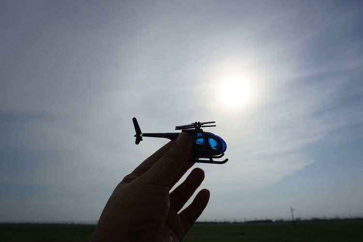Helicopter is a toy Dark Shadow Sunset Palm Background Wall Helicopter Toy Sportsman Sport Competition Golfer Sports Target Concentration Accuracy Sky Cloud - Sky Silhouette Evening Focus On Shadow