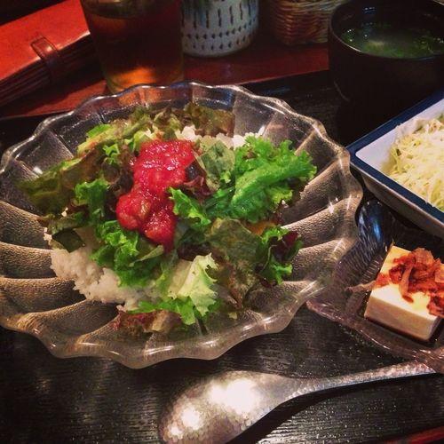 今日の昼食は、沖縄風タコライスです。 今天的午餐是,琉球風生菜辣肉醬拌飯。