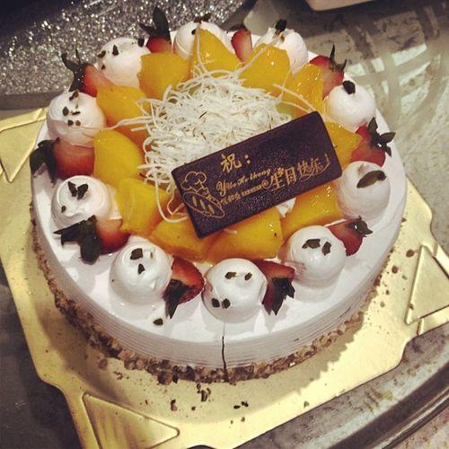糟糕 每年刘经理自己喜欢什么蛋糕,就会给我买,然后写上生日快乐。