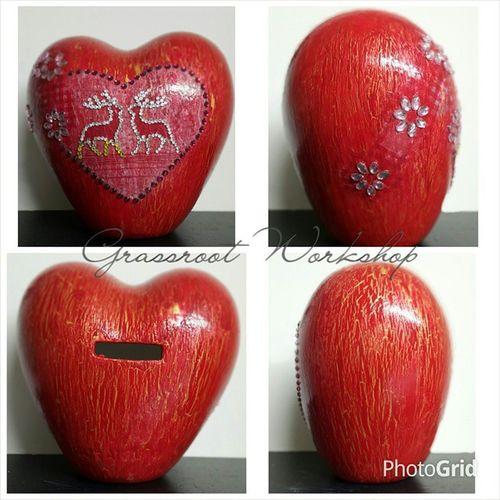 心形 裂紋 陶瓷 拼貼 擺設 (紅色) 心形陶瓷 ~ 全 人手製造,烘燒 。(陶瓷不是店主親手所做的。) 但全由店主 上色、拼貼、加上 人造鑽石。 驟眼看似一個蘋果,今次嘗試做一個裂紋效果。 手工藝 手作 工作室 香港店 網店 handmade deco diy hongkongshop onlineshop workshop heart