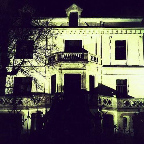 Das Geisterhaus von Porto. Der Legende nach sollen mehrere Familien in diesem Haus verschollen sein... Lifeofagoodboy Lifeofarudeboy Lifeofadeathboy Porto Portugal Beach Justforfun