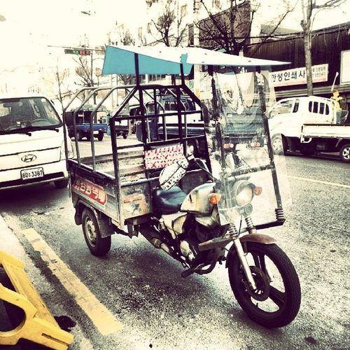 オート三輪車?レトロな感じの荷台付き三輪バイク。ソウルの街角にて。Three-wheel motorcycle on the street of Seoul, Korea. オート三輪 三輪車 オートバイ Threewheelmotorcycle bike motorcycle seoul Korea streetview