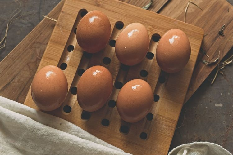 Eggs on wooden board : Lifestock Wooden Table Animal Egg Chicken - Bird Directly Above Egg Food Fragility Healthy Food High Angle View Organic Protein Raw Food