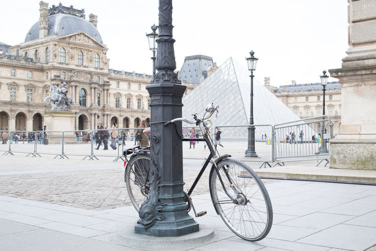 le velo du louvre Pyramide Pyramide Du Louvre City Politics And Government Bicycle Architectural Column Architecture Sky Building Exterior Built Structure Travel