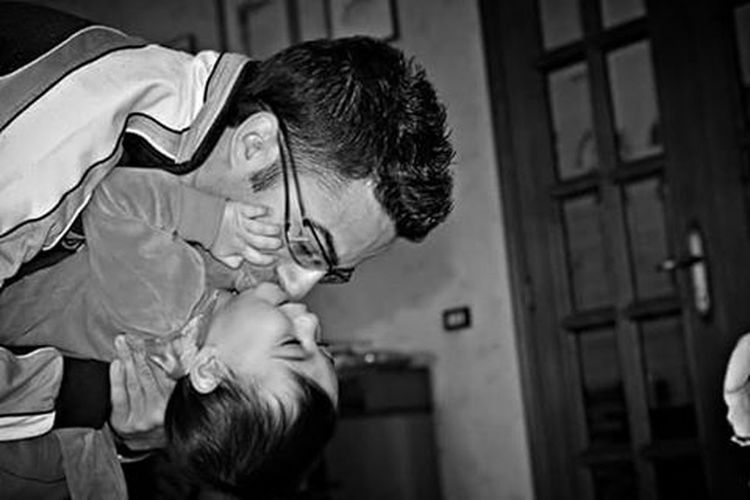 """Un bambino sulle spalle di suo padre: nessuna piramide o colonna dell'antichità è più alta..."" (Fabrizio Caramagna) Niece  Nipote Fratello Brother Family Love Biancoenero Blackandwhite Photography Blackandwhite Black And White Photography Bnw_life Bnw_italia Bnw_captures Bnw_collection Bnw Bnw Photography Bnw_magazine Bnw_shot Bnwlife Bnwcollection Monochrome Monochromatic Monochrome_life Monochrome _ Collection"
