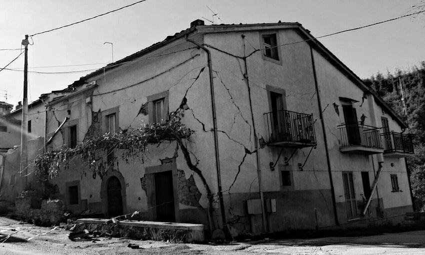 Terremoto norcia Building Exterior Built Structure Architecture Outdoors Day Real People Fragility Terremotos Terremoto Silenzi Solitudine