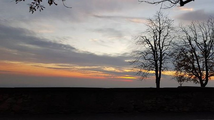 Stessoposto Tramonto Paesaggio Sunset Skyline Sun Sunrise Sky Skylovers Glodskies Naturelovers Nature Clouds Sight Sightseeing Travel Travelling Landscapes Rainbow Colorful Colors Autumn Autumncolors Paradise