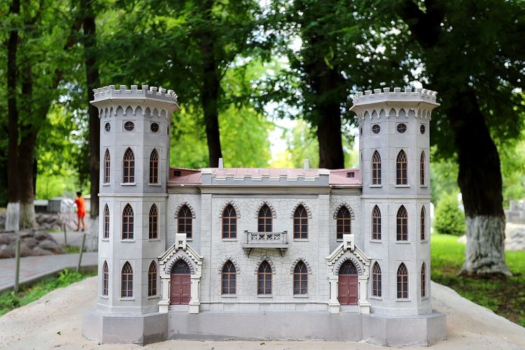 Миниатюра Castle Castles Miniature Miniatures замок миниатюра EyeEm Selects Tree Residential Building Architecture Building Exterior Close-up Built Structure Tombstone Place Of Burial Civilization Ancient Civilization Old Ruin Historic Amphitheater Cross Archaeology The End War Memorial Cemetery Whitewashed Memorial Fort Fortress Medieval