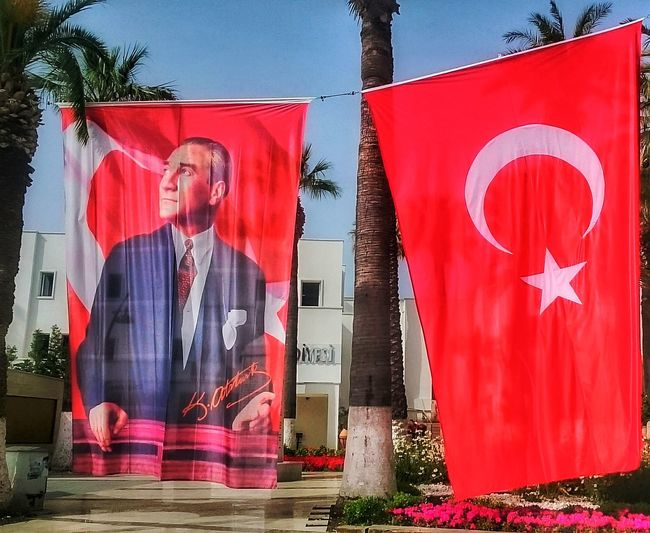 NE MUTLU TÜRKÜM DİYENE Ulu Önder Mustafa Kemal Atatürk ❤ Red Multi Colored City Architecture