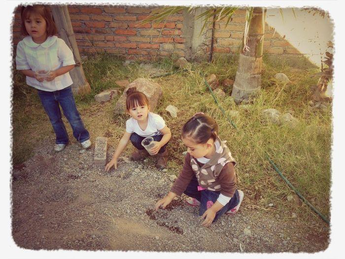 Feliz jugando con la tierra !!!
