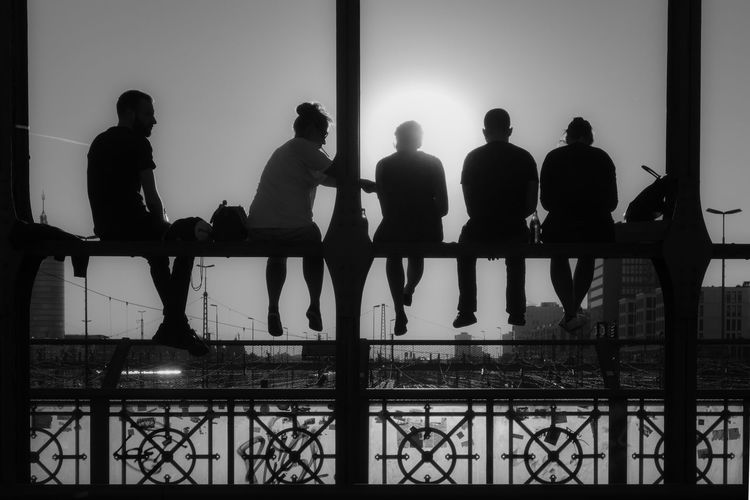 B&w Black And White Bridge Chilling City Life Freunde Friends Friendship Hackerbrücke Lifestyles Meeting Men Person Relaxing Showcase: September Silhouette Street Photography Streetphoto_bw Streetphotography Sun Sunset Together Togetherness