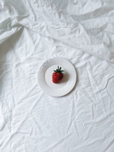 Bed Morning Summertime Bed Berry Berry Fruit Directly Above Freshness Fruit Healthy Eating High Angle View Indoors  Linen Minimalism Plate Sheet Still Life Strawberry Tender Tenderness Textile Texture Wellbeing White Color