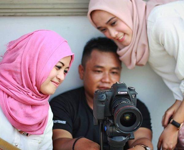 Inilah hasil bikin film kemaren..disutradarai oleh @ibnu_afandi and talen @yunieachmed sekian dan terima kasih.. Film Behidethescene Bestmoment Behide Candid Sabyan Photograph Photomodel Photographie  Photoshoot Photooftheday Indonesiaart INDONESIA Scene Happiness Vcocam Cinema Cinemaphotography Cinematography Hijabstyle  Hijaberjakarta Liputanhijab Jilbab Hijabers