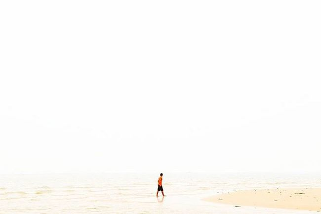 """""""There's an opposite to déjà vu. They call it jamais vu. It's when you meet the same people or visit places, again and again, but each time is the first. Everybody is always a stranger. Nothing is ever familiar."""" — Chuck Palahniuk Rsa_minimal Rsa_nature Tinypeopleinbigplaces Busystranger"""