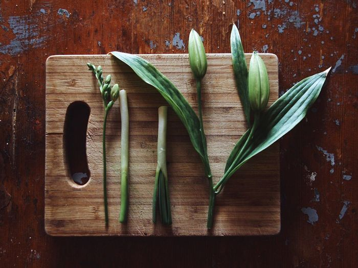 Leaf Directly Above Wood - Material Green Color No People Freshness Indoors  Close-up Day Greenery Plants And Flowers Healthy Eating Healthy Food Kitchen Counter Cutting Board Kitchen Stories Wooden Texture Still Life Green Onion Vegan Food Stories