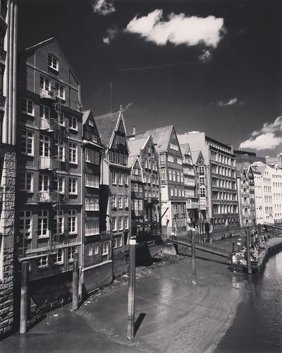 Architecture Built Structure Building Exterior Sky Residential Building Day No People Outdoors City Architecture Sunnyday Sunny Light And Shadow Shadow Street Photography Monochrome Black & White Black And White Blackandwhite Photography Bnw Historical Building Travel Hamburg Travel Destinations