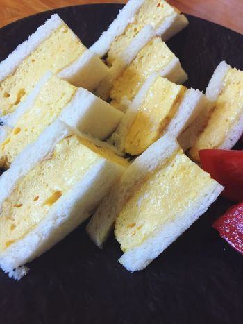 断面。パンケーキの「タマゴだけ」バージョンのような厚焼玉子 サンドイッチ 兎我野町 大阪市 梅田 カフェ