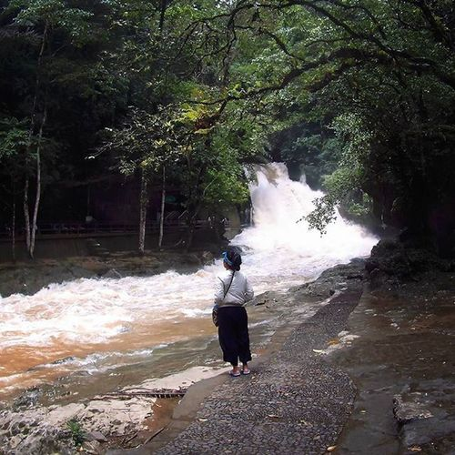 Nggak jauh dari tugu kupu-kupu, Taman Bantimurung, Kalian akan menemukan air terjun sebelum menuju jakur treking ke goa Traveling INDONESIA Couchsurfing Trip Adventure Paradaise Roadtrip Jalan2man Jalanjalan Visitindonesia Explore Waterfall Cave Makassar Maros  Sulawesi