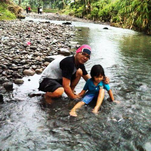Seperti air... Aku memberimu kesejukan, memberimu kedamaian, memberimu keceriaan, memberimu kehidupan....... Tanpa rasa lelah, terus mengalir mengikuti arah dan tujuan hidupmu hingga menjadi samudera yang indah, luas dan berguna untuk makhluk didunia... For my little barbie.. dialiran sungai kaki gunung Munara Bogor 6 Juni 2015. Belajar dari alam. Nature Nature_perfection Anakpendaki Instalike Inspirasi Instapict Alam_indonesia Sungai Indonesiabagus Jalan2terus Jalan2terus_cloth Jejakpetualang Jejak_pendaki Id_pendaki Mountainesia Munara Myson Anak Perempuanpetualang Jelajah_indonesia Back2nature Tafakuralam Indosat_adventurer