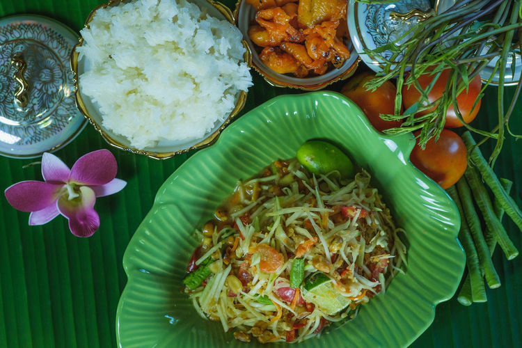 Thai Green Papaya Salad (Som tam Thai) Native food of northeast Thailand is popular with foreign tourists. If you do not lose weight, you can eat with sticky rice and grilled chicken. Salad Spicy Thai Food Food Delicious Thailand Healthy Food Cuisine Traditional Som Tam ASIA Dietfood Gourmet Papaya Salad Thai Street Food Style Thai Food Tasty Weight Loss Food Fat-Free Foods Fat-free Diet Good Food Bio-organic Foods Green Papaya Salad Veggies And Fruits Sticky Rice Grilled Chicken