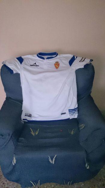 La Camiseta de mi Equipo el Real Zaragoza pues en el Sofa de mi Casa
