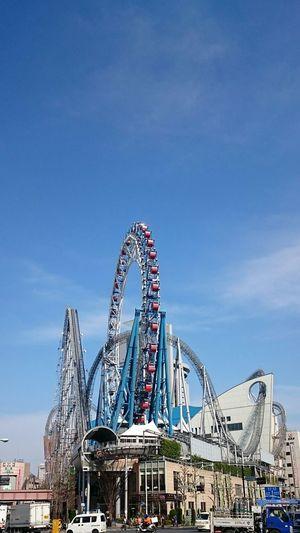 Ferris Wheel Blue Sky Moning Walk Crossing The Street