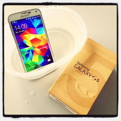 Endlich ist unser Samsung Galaxy S5 zum Ausprobieren angekommen und durfte gleich ein Wasserbad nehmen!