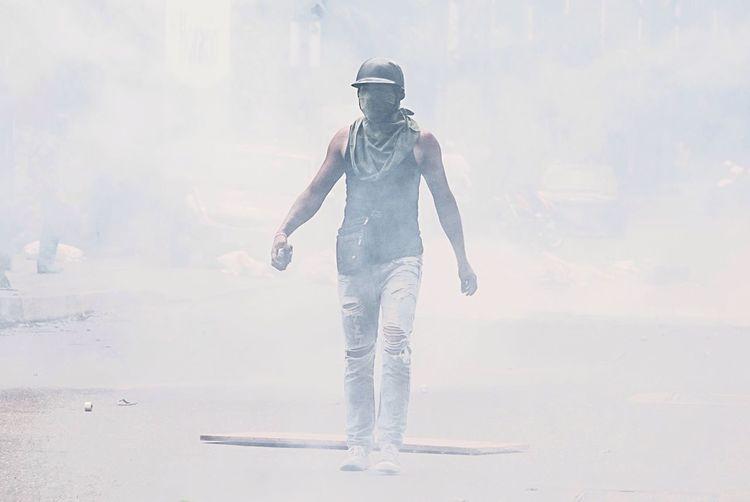 Venezolanos de la oposición se enfrentan a la policía, llevan 79 días de protestas en contra del gonierno de ese país. Esta foto fue tomado durante una protesta contra la policía en la ciudad capital de ese país. Crisis Demonstrators Police Protest Protesters The Photojournalist - 2017 EyeEm Awards EyeEmNewHere