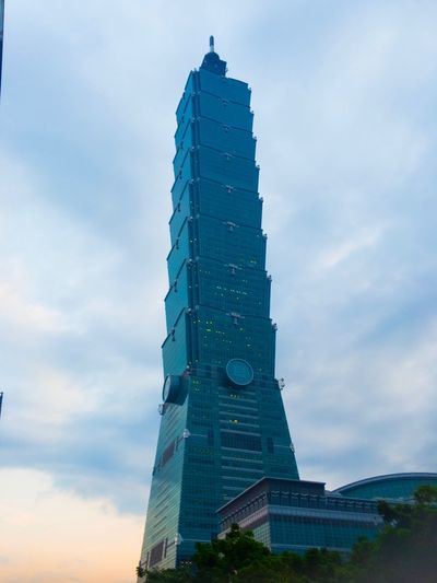 台北 101 101 Taipei は、 台湾 を代表する高層ビルのひとつなのだけれど、実に色気がある。 Architecture Man Made Object Building The Architect - 2017 EyeEm Awards Sunset Silhouettes Sunset_collection Sunset EyeEm Gallery EyeEmBestPics EyeEm Best Shots Travel From My Point Of View Journey Taipei Travel Destinations Ilovetaiwan Urban Exploration Taiwan Landscapes Urban Landscape Growth