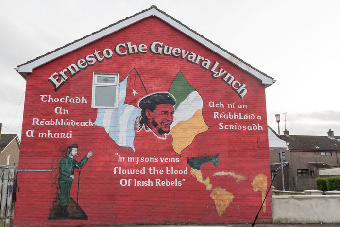 Ernesto Che Guevara political mural in the Bogside, Derry, Northern Ireland Architecture Architecture Art Bogside Building Exterior Built Structure Che Guevara Mural Che Guevara Painting Day Graffiti Ira Mural Art Murals Outdoors Political Red Street Art Text The Troubles