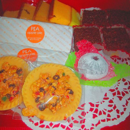 nihao! Got this from my aunt. The cakes were greatt. I love how the cornflake brownies melt in my mouth . and the apple pies was good too Cake Homemade Apple Pie Brownies Mochi