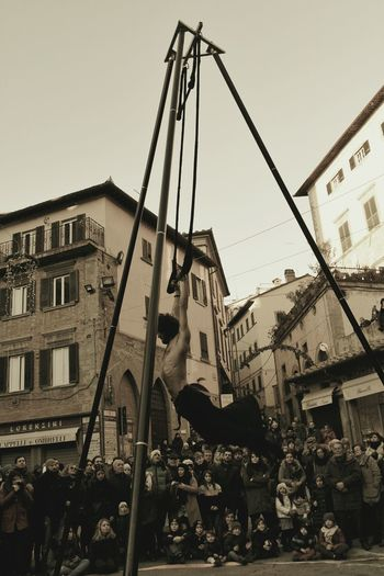 Artisti di strada (Cortona)👍 Streetart People Lifestyles Trapeze Artist Cortona Cortona Arezzo Artistic Expression Artist City Arts Culture And Entertainment Sky Architecture Built Structure Building Exterior
