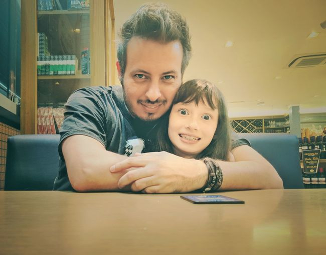 Eu e minha pequena. Daughter Daughter And Dad ❤ Love Love ♥ EyeEm Selects Portrait Smiling Child Togetherness Looking At Camera Headshot Cafe Table